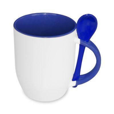 Baltas termosublimacinis puodelis mėlynu vidumi ir šaukšteliu baltame fone