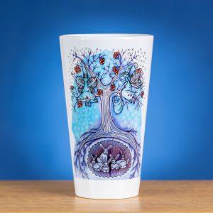 Didelis Latte puodelis ant stalo papuoštas originaliu piešiniu ŽIEMA