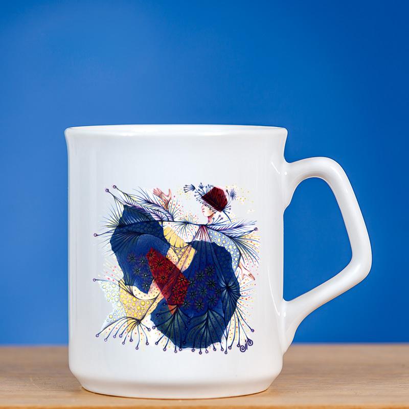 Elegantiškas puodelis su piešiniu FĖJA VII mėlyname fone