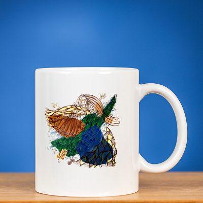 Standartinis puodelis su piešiniu FĖJA III priešais mėlyną foną