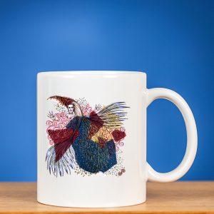 Baltas puodelis su piešiniu FĖJA V mėlyname fone