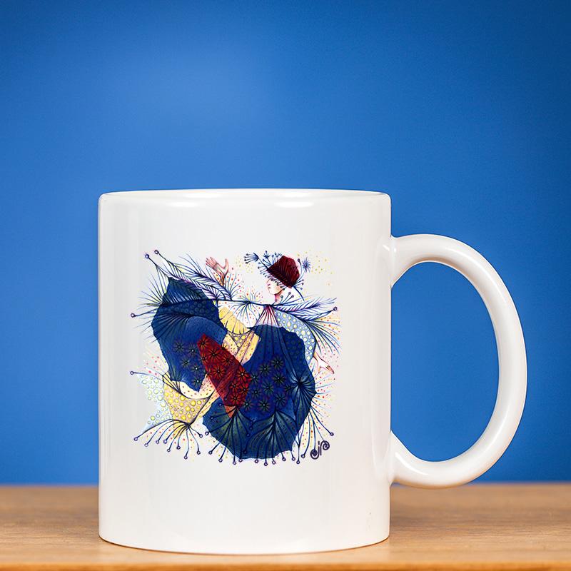 Baltas standartinis puodelis su atspaustu originaliu fėjos piešiniu prieš mėlyną foną