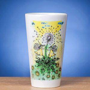 Didelis Latte puodelis ant stalo papuoštas originaliu piešiniu PAVASARIS