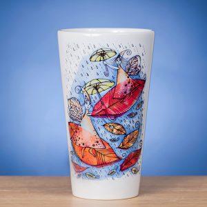 Didelis Latte puodelis ant stalo papuoštas originaliu piešiniu RUDUO