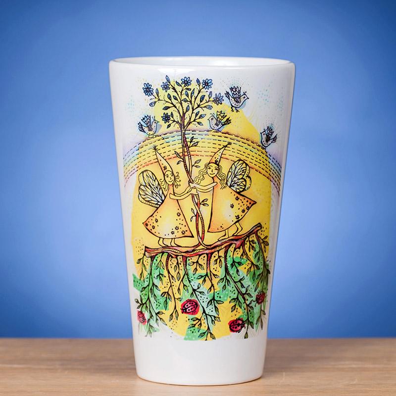 Didelis Latte puodelis ant stalo papuoštas originaliu piešiniu VASARA